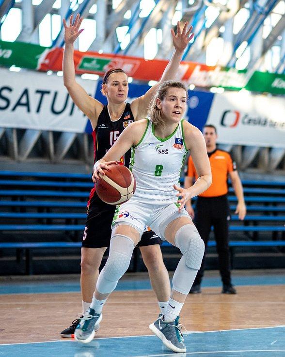 Utkání 12. kola Ženské basketbalové ligy: SBŠ Ostrava - Sokol Hradec Králové, 3. ledna 2021 v Ostravě. Andrea Klaudová z Hradce Králové a Stella Tarkovičová z Ostravy.