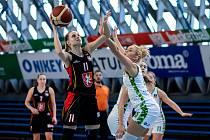 Utkání 12. kola Ženské basketbalové ligy: SBŠ Ostrava - Sokol Hradec Králové, 3. ledna 2021 v Ostravě. Kristýna Čuperková z Hradce Králové, Adéla Morávková z Ostravy.