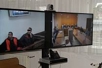 Rozsudek byl vyhlášen formou videokonference mezi Ostravou a Kosovem. Albánec (na levé obrazovce se svým obhájcem u soudu v Kosovu) vyvázl s podmíněným trestem. Na pravé obrazovce je zachyceno dění u Krajského o soudu v Ostravě.