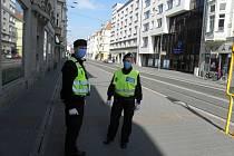Ostravští strážníci žádají lidi, aby pokud možno o víkendu zůstávali raději doma.