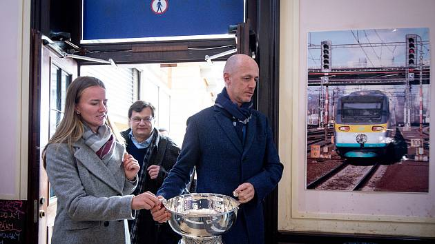 Český fedcupový tým se postupně sjíždí do Ostravy. Briefing s novináři z 4. února 2019 ve Svinově, na snímku (zleva) Barbora Krejčíková a Petr Pála.