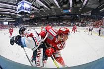 Čtvrtfinále play off hokejové extraligy - 3. zápas: HC Vítkovice Ridera - HC Oceláři Třinec, 24. března 2019 v Ostravě. Na snímku (zleva) Rastislav Dej, Guntis Galvins.