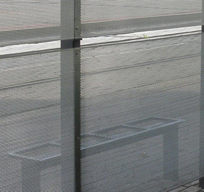 U tramvajové zastávky ve směru do centra Ostravy byly skleněné tabule nahrazeny perforovaným plechem.