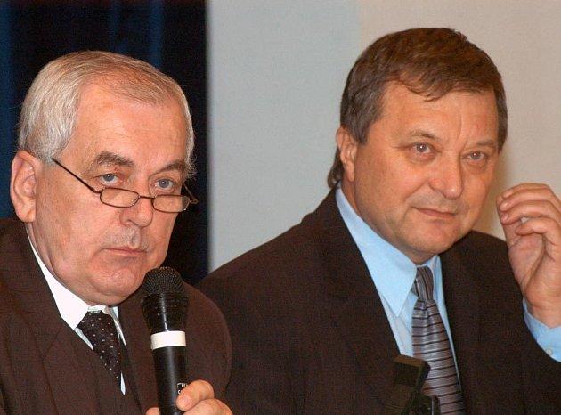 Zleva bývalý starosta Otakar Veřovský a nový starosta Karel Sibinský