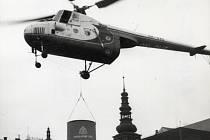 Vrtulník Mi 4 při demonstrativní montáži ocelového komína VŽKD.
