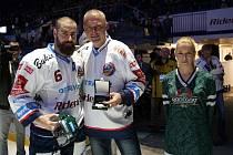 JAN VÝTISK, hokejový obránce Vítkovic, převzal před nedělním utkáním extraligy s Pardubicemi zelenou helmu pro lídra Radegast Indexu. Na snímku s fanouškem Petrem Míčkem.