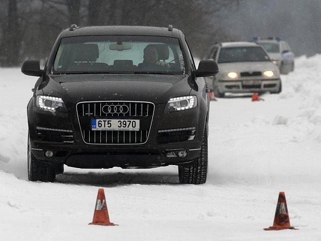Řidiči se ve čtvrtek mohli u mošnovského letiště v praxi naučit reagovat na komplikace způsobené jízdou na sněhu v rámci druhého ročníku Školy smyku.