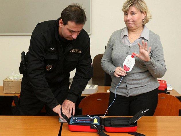 Prvních šestnáct ostravských strážníků ve středu absolvovalo školení zaměřené na používání přenosných defibrilátorů, které za 105 tisíc korun pořídila městská policie.