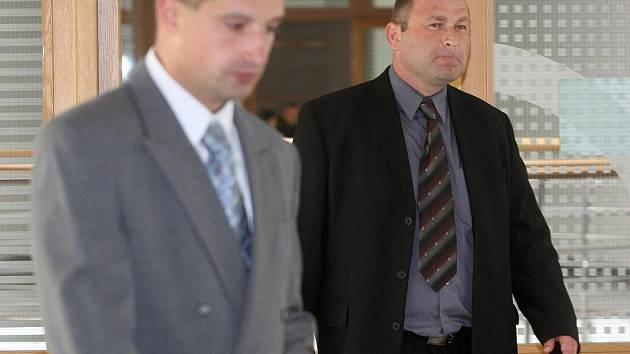 Soud řešil případ podvodného jednání policistů. Vlevo Jakub Kunčák, vpravo Michal Jehurnov