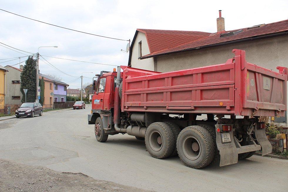 Práce na rekonstrukci inženýrských sítí v jižní části Svinova.