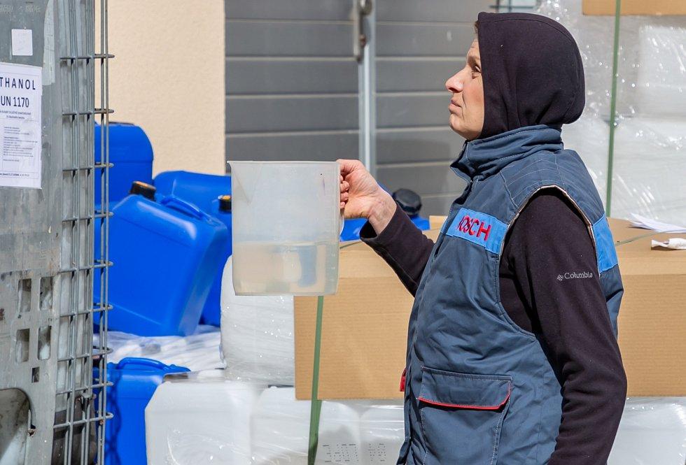 VÝROBA lihové dezinfekce na ruce na Vysoké škole báňské – Technické univerzitě Ostrava, produkce je zatím pouze pro kraj, ale už loudí i odjinud.