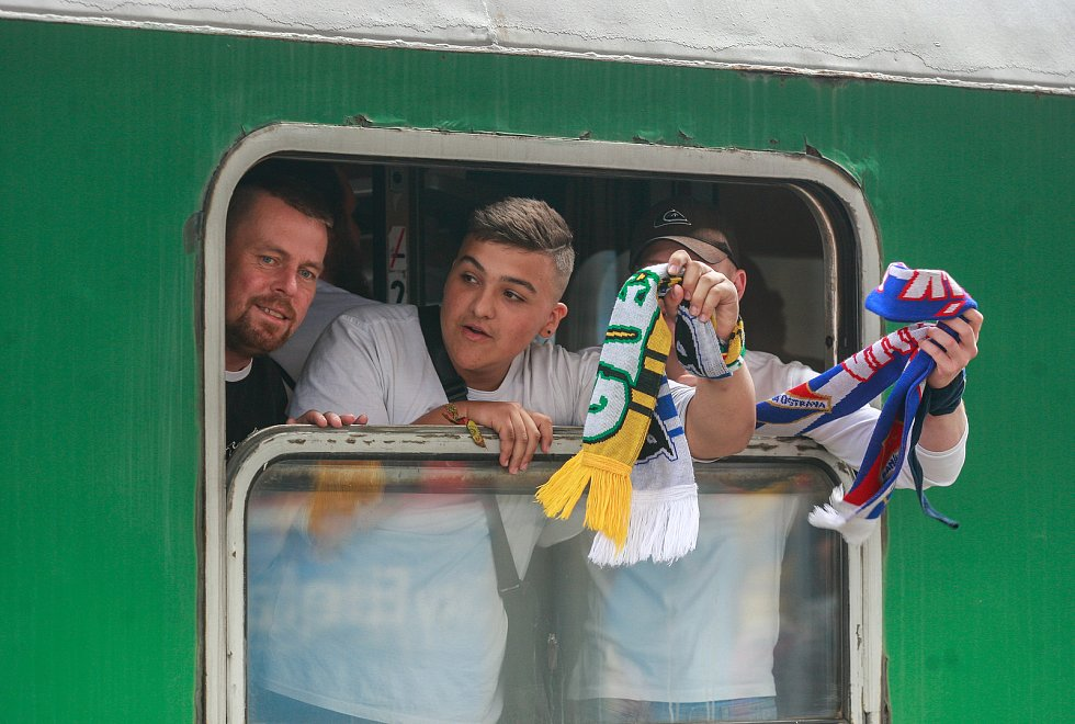 Odjezd fanoušků Baníku z nádraží Svinov.