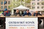 Exhibiční vystoupení mezinárodního šachového mistra Lukáše Klímy, který nastoupil proti čtyřiadvaceti soupeřům, na Masarykově náměstí odstartovala symbolicky šachový festival Ostravský koník.