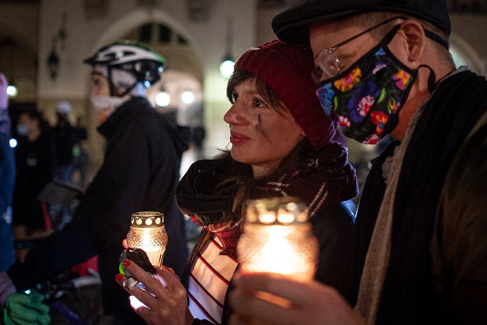 V polském Krakově pokračují protesty proti rozhodnutí ústavního soudu, které v Polsku zavádí téměř úplný zákaz potratů.