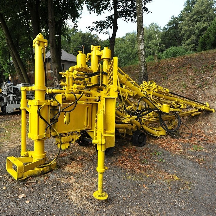 Takzvané lapidárium těžkých důlních strojů obklopuje parkoviště v areálu Landek parku.