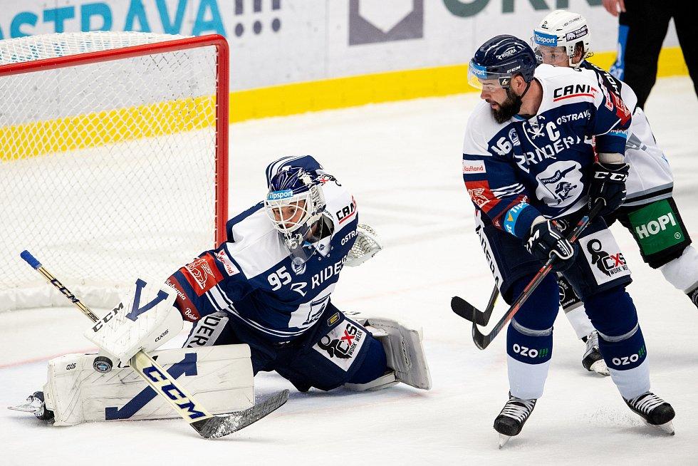 Utkání 8. kola hokejové extraligy: HC Vítkovice Ridera - HC Energie Karlovy Vary, 9. října 2020 v Ostravě. brankář Miroslav Svoboda z Vítkovic a Roman Polák z Vítkovic.