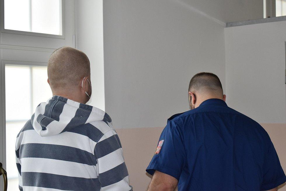 Muž je obžalován z brutální vraždy. Hrozí mu až dvacet let vězení.