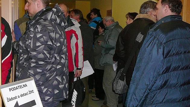 V obrovském mrazu, kdy teploty v Ostravě sahaly až k minus patnácti, čekaly desítky lidí dlouhé hodiny před krajským úřadem. Ve středu 1. února totiž úředníci začali přijímat žádosti o dotace na nové kotle.