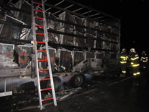 S požárem kamionu, který převážel náklad sporáků do Ruska, bojovali ve čtvrtek v noci profesionální a dobrovolní hasiči na silnici mezi Klimkovicemi a Bravanticemi.