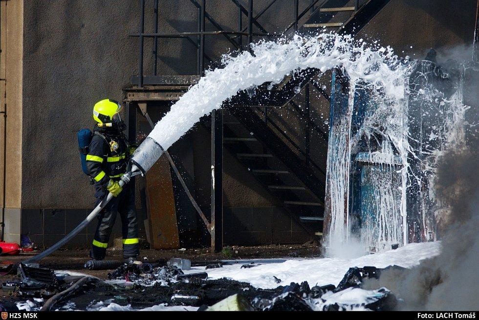 Požár autovrakoviště v Ostravě-Vítkovicích, pondělí 10. května 2021.