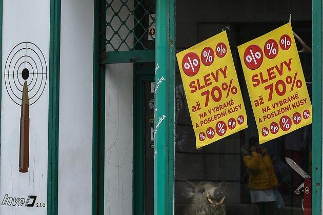 Prodejnu vPoštovní ulici vcentru Ostravy sortiment zbraní a střeliva.