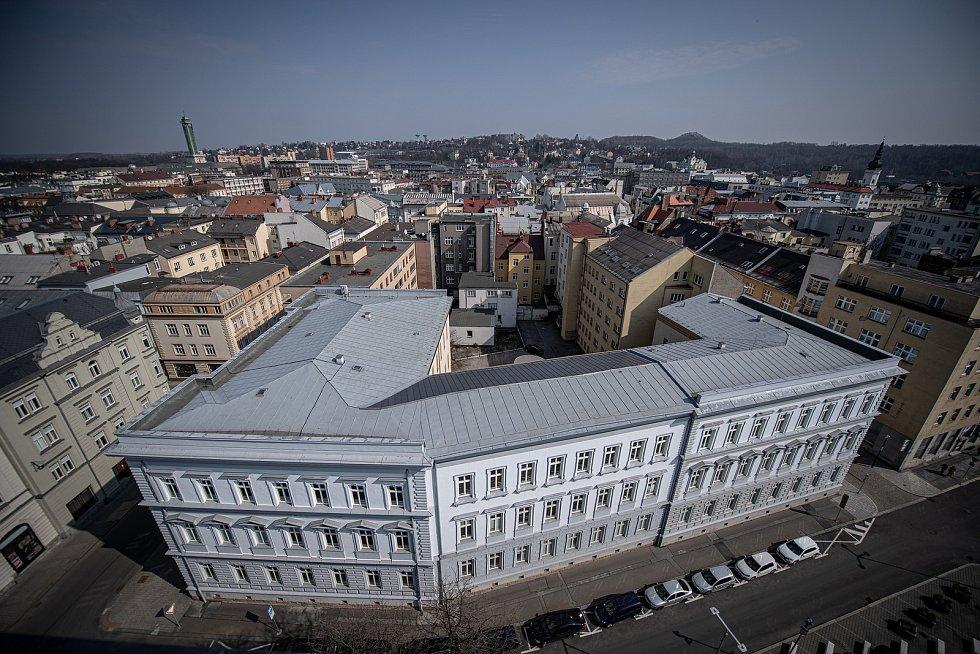Výhled z Katedrály Božského Spasitele, březen 2021 v Ostravě. Budova OSU.
