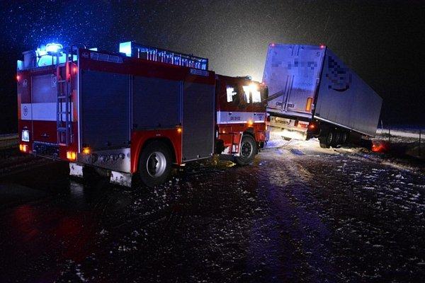 Zásah hasičů ukamionu havarovaného na dálnici.