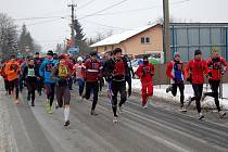 Adéla Esentierová (vlevo s číslem 30) a Roman Baláž (číslo 200) triumfovali nejen v Silvestrovském běhu Hrabovou, ale ve skvělé formě se představili i v Kobeřicích.