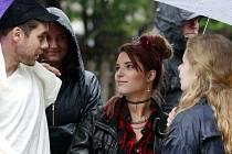MICHALINA OLSZAŃSKA (na snímku uprostřed) během natáčení filmu Muzzikanti v Dolní Lomné.