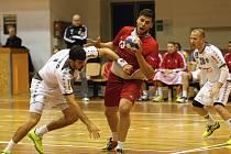Čeští hráči (v červeném Leoš Petrovský) se těší na podporu domácího publika v Ostravě.