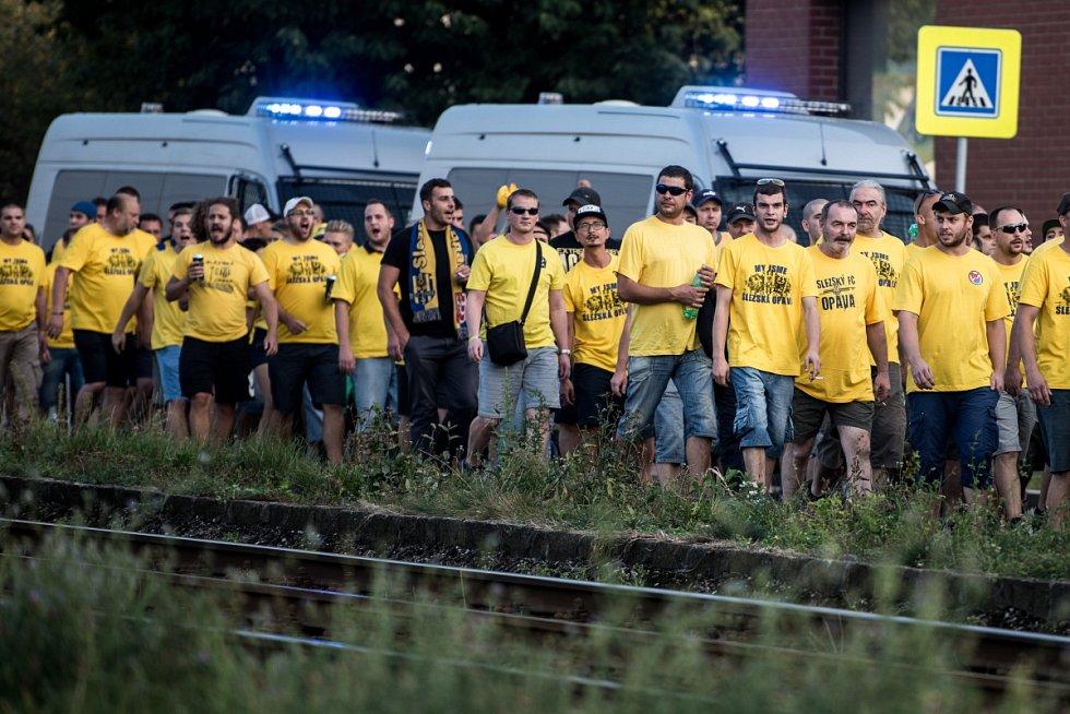 Příjezd fanoušků Opavy do Ostravy na fotbalové derby Slezska, září 2016.