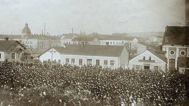 Některé politické strany využívaly ke shromažďování svých příznivců Hornopolní náměstí v Moravské Ostravě. Jeden z takových táborů lidu je zachycen na fotografii z roku 1903