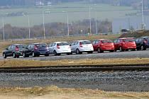 Nově vyrobená auta se řadí na odstavné ploše automobilky Hyundai v Nošovicích