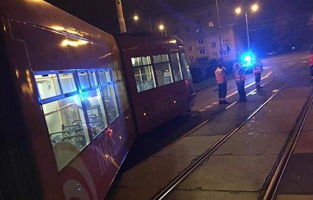 Snímek vykolejené tramvaje se objevil ina Facebooku. Do skupiny Ostrava ho přidala uživatelka Barča Smyčková.Barča