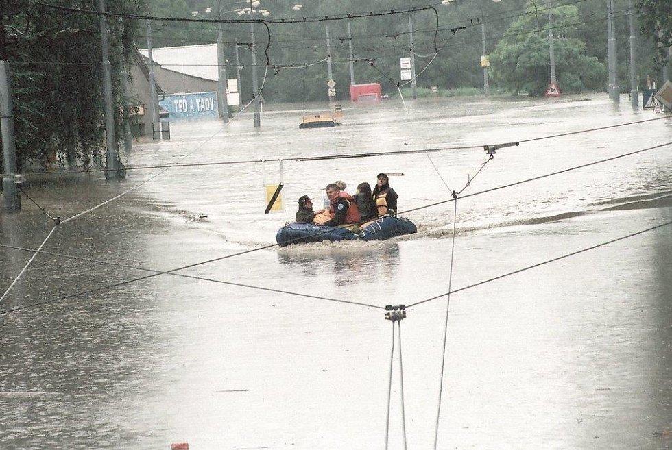 Okolí myší díry v Hlučínské ulici v době povodní v roce 1997 bylo zalito vodou.