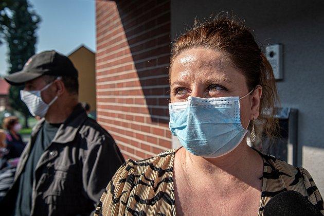 Fronta lidí kteří se chtějí přihlásit knovému zubaři, 14.září 2020ve Lhotce. Lucie Denková