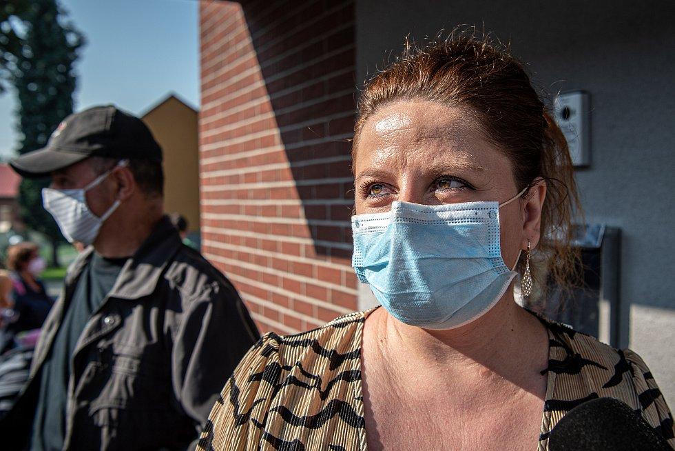 Fronta lidí kteří se chtějí přihlásit k novému zubaři, 14. září 2020 ve Lhotce. Lucie Denková