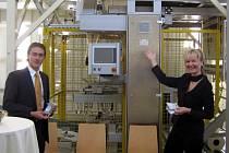 Jednatelé společného podniku Marie Wagnerová a Thomas Bierbacher představují provozy na výrobu dřevěných pelet.