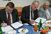 Memorandum o spolupráci podepsali napříkla Zbyněk Stanjura, primátor Opavy, hejtman Evžen Tošenovský a František Chobot, primátor Havířova (zleva).