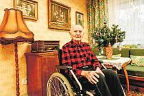 103letý Josef Mrkvička z ostravského Domova pro seniory Kamenec má rád cukroví a vaječný koňak.