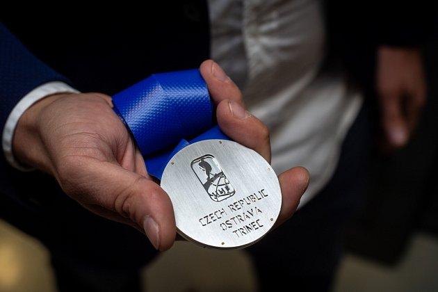 Medaile pro hokejový šampionát dvacítek, které Česko na přelomu roků 2019a 2020hostí, jsou na světě. Autorem návrhu je Oldřich Sládek.