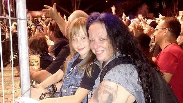 Berunka s maminkou Sabinou, nutno zdůraznit, že na festivalu Ostrava v plamenech žádná výjimka, děti do dvanácti let neplatí a metalové rodiče to tuze těší. Ostrava v plamenech, 31. července 2021.