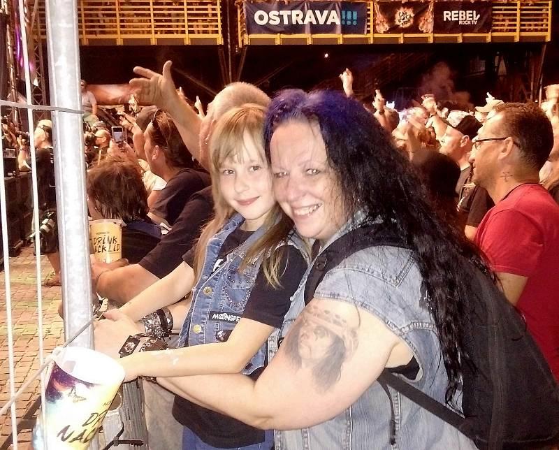 Bedrunka s maminkou Sabinou, nutno zdůraznit, že na festivalu Ostrava v plamenech žádná výjimka, děti do dvanácti let neplatí a metalové rodiče to tuze těší. Ostrava v plamenech, 31. července 2021.