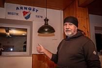 """VZPOMÍNKOVÝ KOUTEK má Arnošt Kvasnica v jedné z hospod v Bohumíně, kde žije. Poukazuje především na titul z roku 1976. Z původní podoby, kterou dostal k 70. narozeninám, však zbylo jen torzo. """"Býval tu i dres, fotky a tak, ale rozebralo se to,"""" popisuje."""