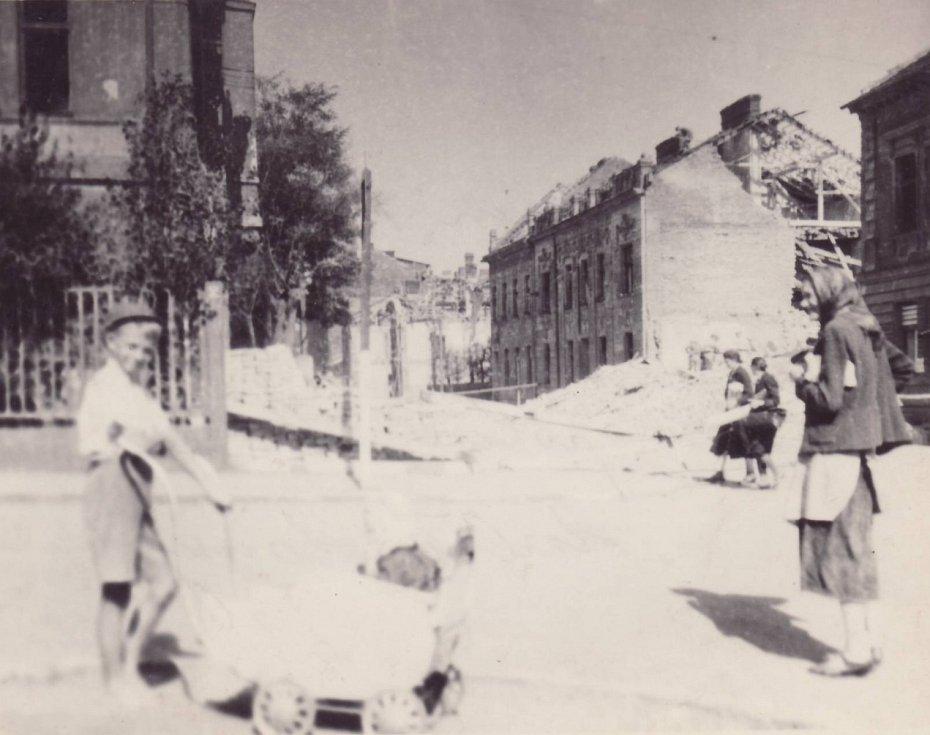Objekty Hornopolní 12. a 14. Dozadu se jde k pivovaru, doleva k nemocnici. Vpravo na snímku byla mlékárna, lidé se chodili schovávat do krytů v tamních sklepeních. Po zásahu bomb se zadusili zřícenými stěnami nebo se utopili, protože prasklo potrubí.