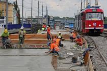 Stavaři začali betonovat desku tramvajového pásu ve směru na Porubu.