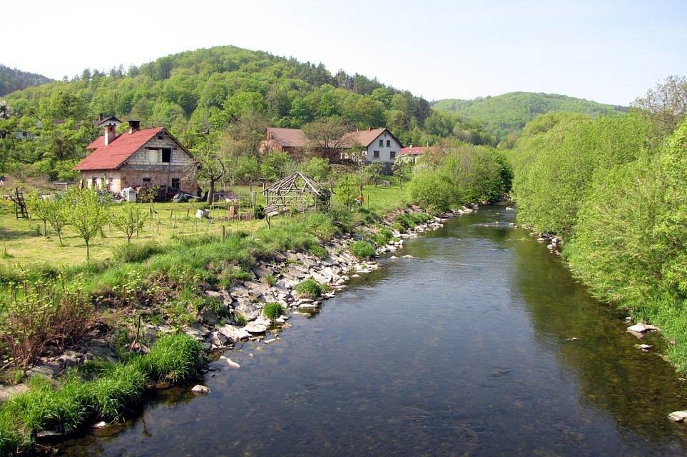 Úsek přes místní část Oder – Loučky je stabilizován úpravou koryta