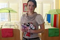V ONDRÁŠKU. Martina Dunděrová v hospicovém stacionáři s výrobky, které už příznivci Ondrášku darovali na vánoční jarmark.