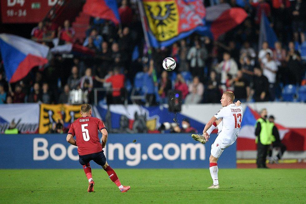 Utkání skupiny E kvalifikace mistrovství světa ve fotbale: Česko - Bělorusko, 2. září 2021 V Ostravě. (zleva) Vladimír Coufal z ČR a Nikolai Zolotov z Běloruska.