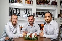 Martin Špok (uprostřed) spolumajitel společnosti SPIRITS ORIGINAL. Nespresso a alkotéka s výběrem více než 300 druhů lahví alkoholu, 26. listopadu 2020 v Ostravě.